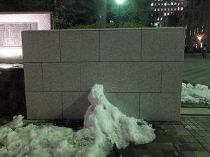 早稲田大学正門前の雪だるま